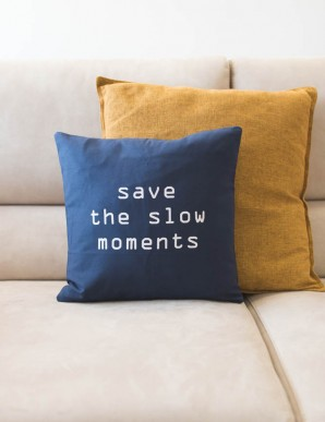 "FUNDA COJIN ""SAVE THE SLOW MOMENTS"" AZUL"